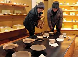 お食事処から丹波焼窯元の作品を購入できる窯元横丁まで集結。